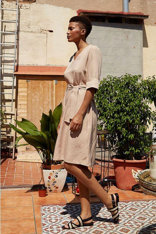 Kleid V-Ausschnitt mit breitem Armaufschlag in Beige