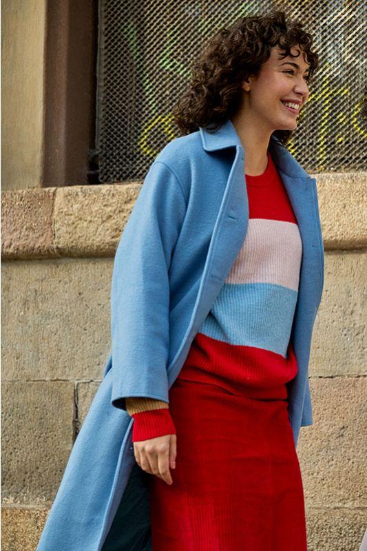 Moderner Mantel mit Knöpfen