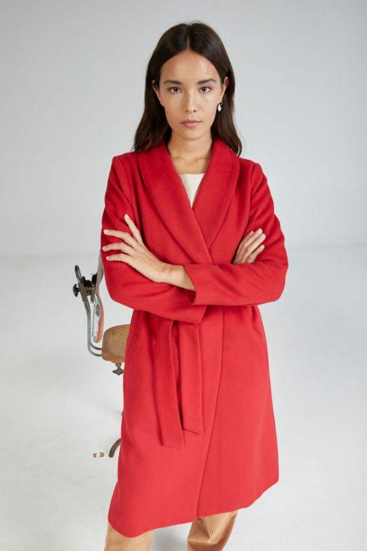 Roter Mantel mit Kragen
